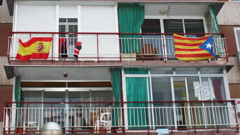 En el extrarradio las banderas españolas llegan a sobrepasar a las esteladas. (R. M.)