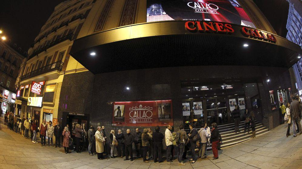 Foto: Cola a las puertas del madrileño cine Callao. (Efe)