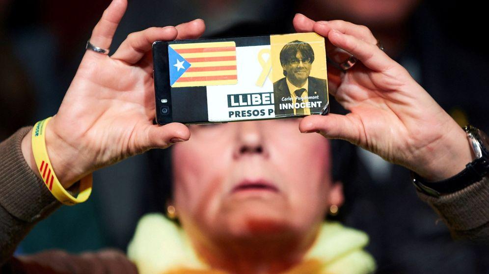 Foto: 'Amartphone' decorado con la imagen de Puigdemont y una estelada. (EPA)