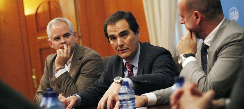 Foto: El alcalde de Córdoba, José Antonio Nieto (c), junto a Ignacio Gastón (d), director general de Ferrovial España. (E. Villarino)
