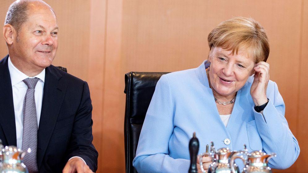 Foto: El titular de Finanzas alemán, Olaf Scholz, junto a Angela Merkel. (Reuters)