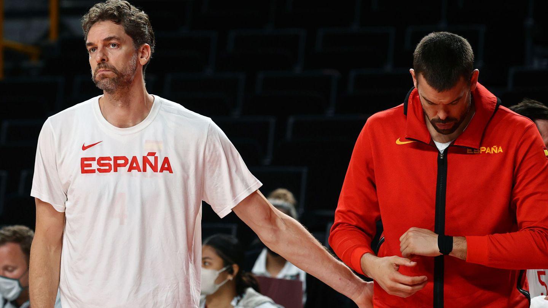 Los hermanos Gasol, tras la derrota en cuartos. (REUTERS)