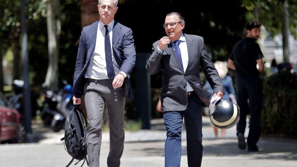 Foto: Ricardo Costa, con su abogado, antes de declarar en los juzgados de la Ciudad de la Justicia de Valencia. (EFE)