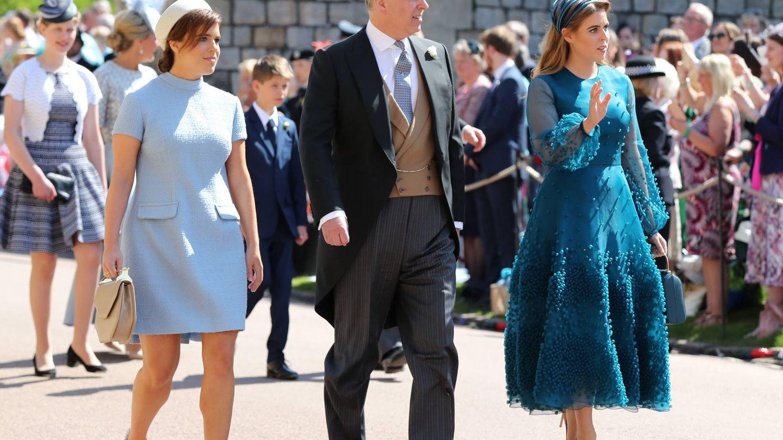 Eugenia y Beatriz de York junto a su padre, el príncipe Andrés. (Gtres)
