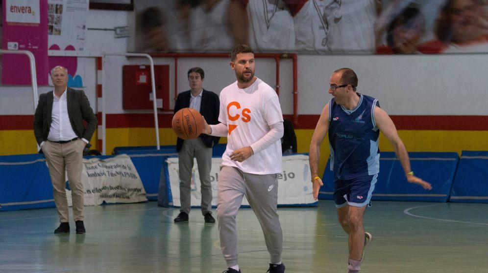 Foto: Roberto Núñez, en un partido de baloncesto inclusivo con la asociación Envera.