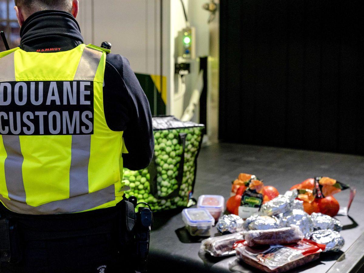 Foto: Diferentes productos alimenticios portados por camioneros británicos son incautados a su llegada a la Unión Europea. (Foto: EFE)