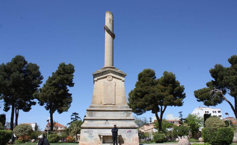 Foto: Manute, concejal de IU, ante el monumento a los caídos del glorioso alzamiento que exige demoler. (R. M.)