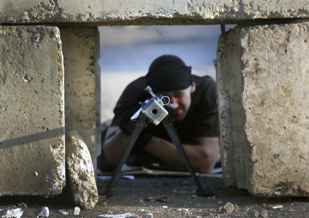 Foto: Un rebelde prorruso armado con un rifle anticarro en una posición prorrusa en el pueblo de Semenivka, en el este de Ucrania. (Reuters)