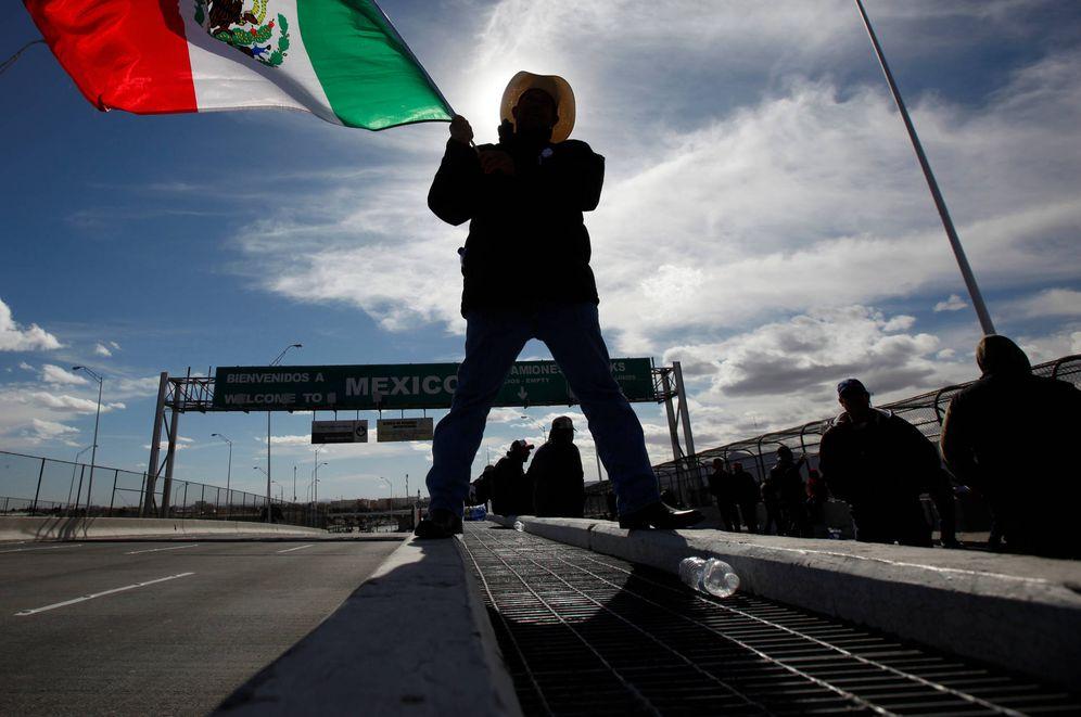 Foto: Un granjero con una bandera mexicana en el cruce fronterizo entre Ciudad Juárez y El Paso. (Reuters)