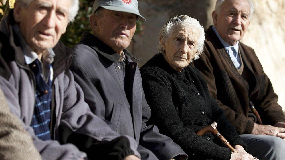 Foto: Los mayores de 65 años han sido los únicos que han resistido el impacto de la crisis económica. (EFE)