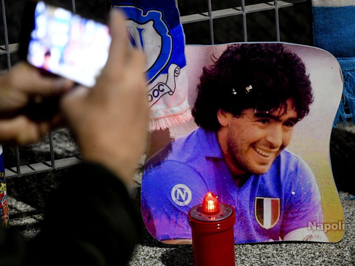 Foto: Homejane a Maradona a las afueras del estadio. (EFE)