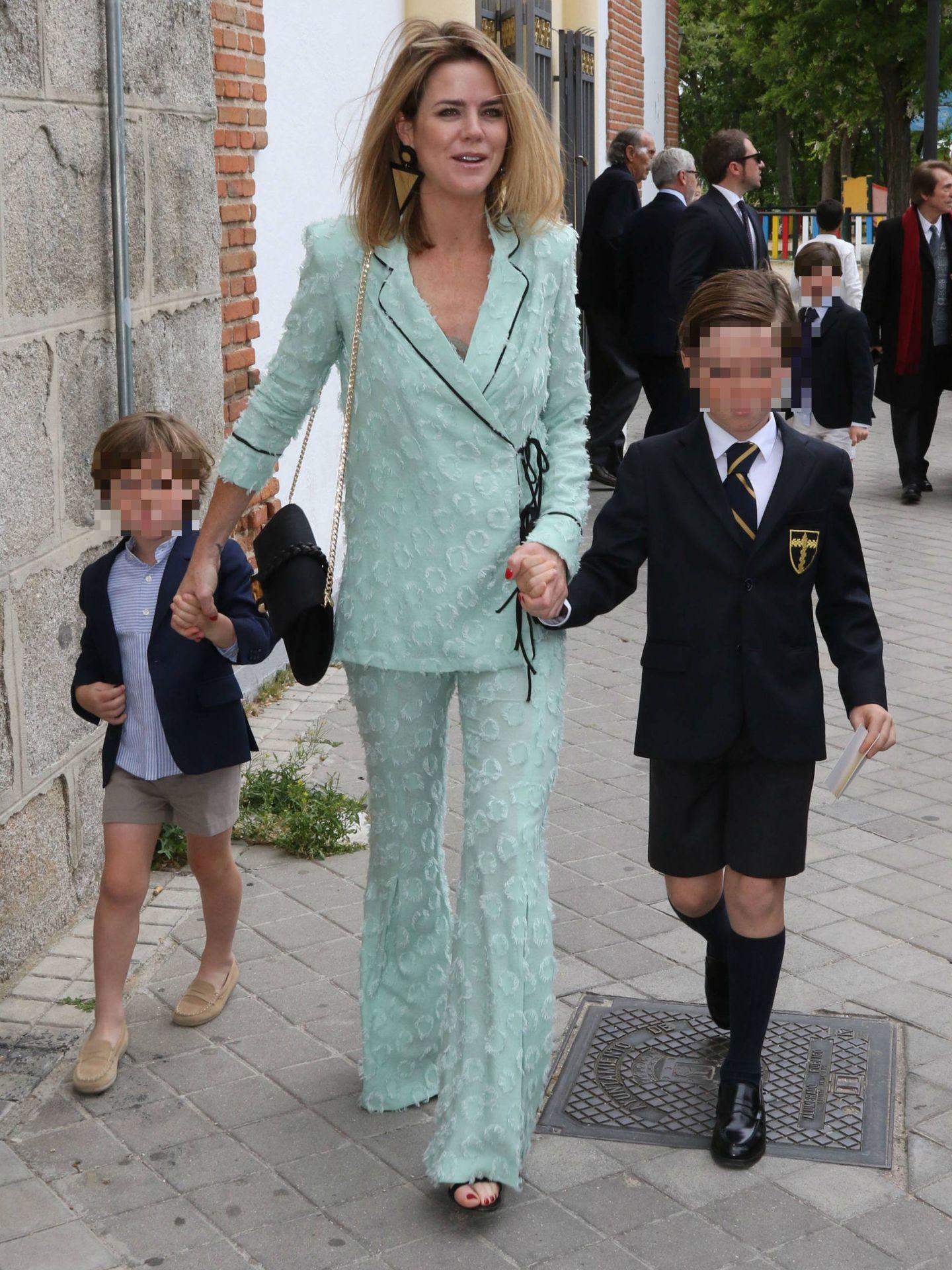 Un día muy feliz para Gonzalo Martos Bono, con su madre y su hermano. (Lagencia Grosby)