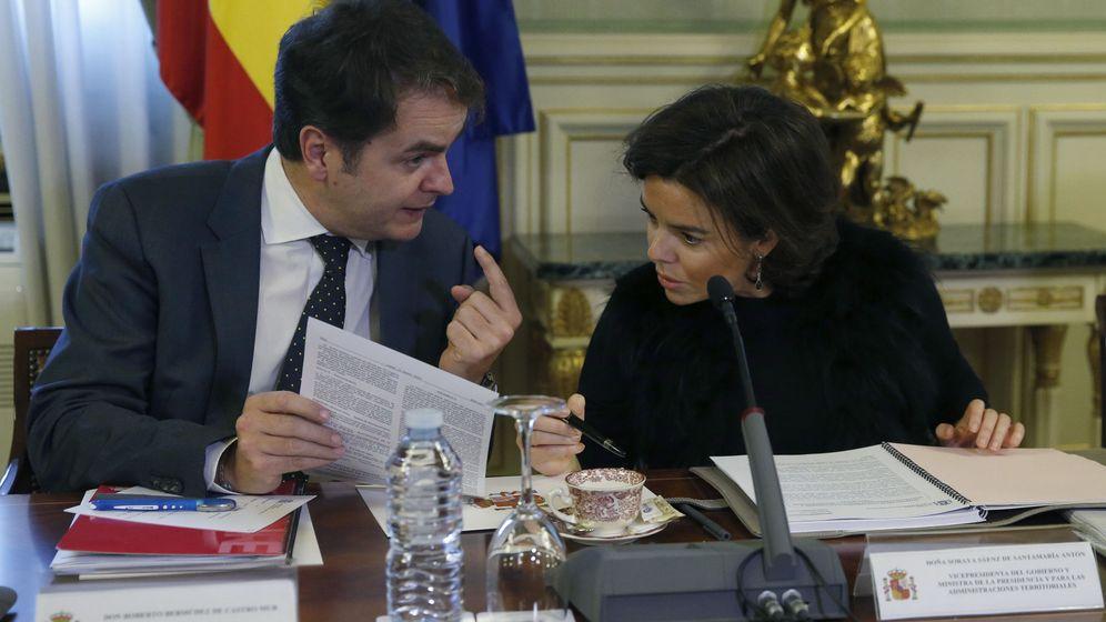 Foto: La vicepresidenta del Gobierno, Soraya Sáenz de Santamaría, conversa con el secretario de Estado para las Administraciones Territoriales, Roberto Bermúdez de Castro. (EFE)