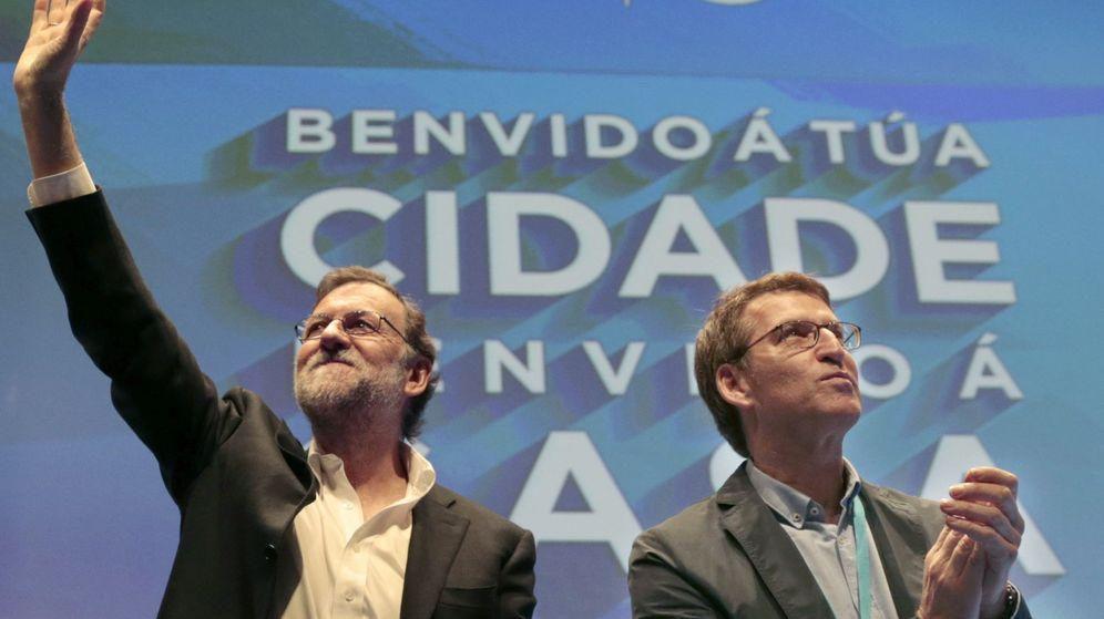 Foto: Mariano Rajoy y Alberto Núñez Feijóo en el congreso provincial del PP. (EFE)