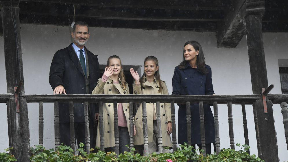 Foto: Los Reyes y sus hijas en Asiegu. (LP)