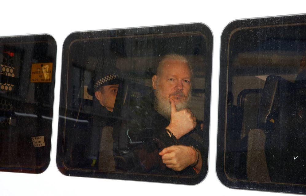 Foto: Julian Assange en un furgón policial tras ser detenido en la embajada de Ecuador. (Reuters)