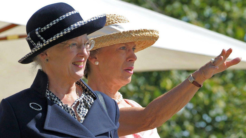 La reina Margarita II de Dinamarca y su hermana la princesa Benedicta. (EFE)