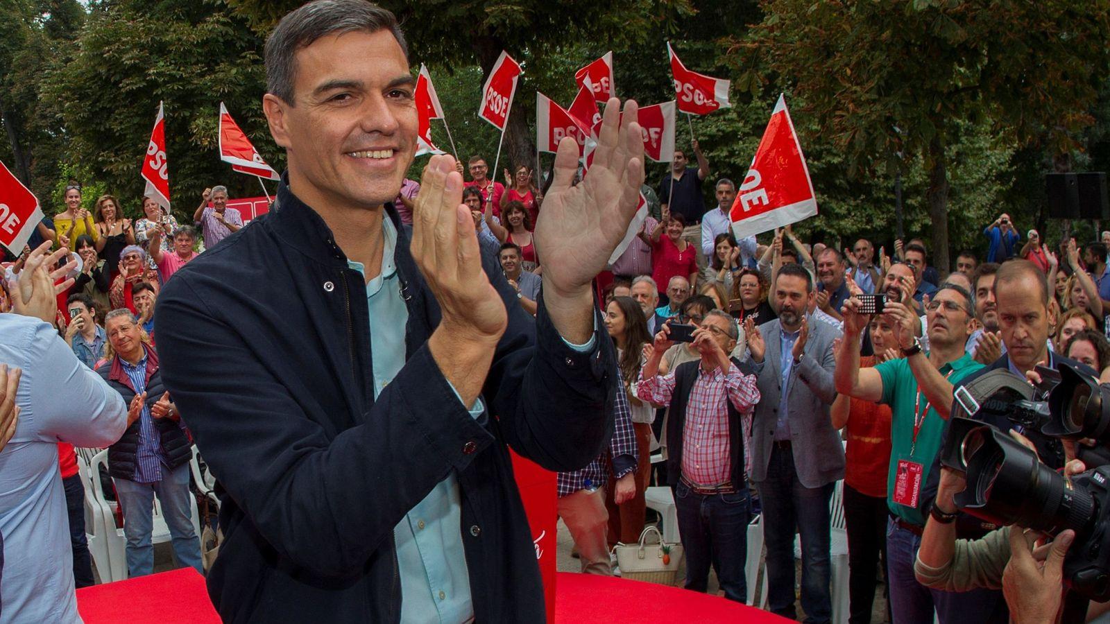 Foto: Pedro Sánchez, en Oviedo, durante su primer acto público del PSOE como presidente del Gobierno. (EFE)