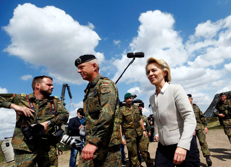 Foto: La ministra alemana de Defensa, Ursula von der Leyen, durante una visita al 13º batallón de reconocimiento, con base en Gotha, el 9 de agosto de 2016. (Reuters)