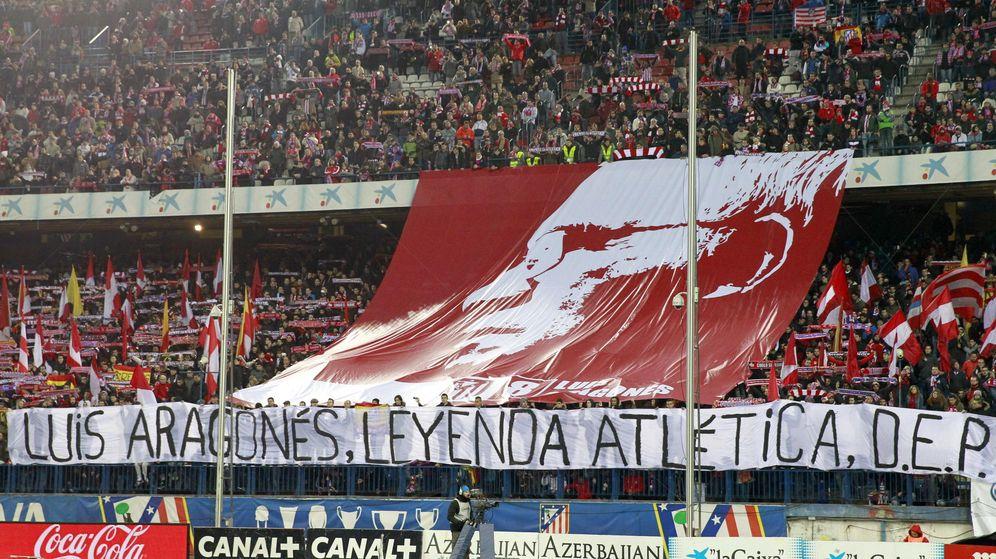 Foto: Pancarta desplegada en el Calderón cuando falleció. (EFE)