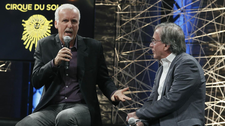 El presidente del Circo del Sol, Daniel Lamarre, a la derecha, conversa con el director de cine James Cameron. (EFE)