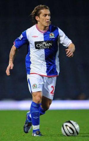 Michel Salgado seguirá jugando en la Premier League hasta los 37 años