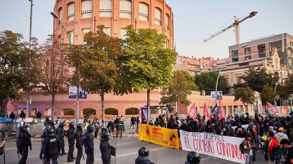 Foto: Unos 300 independentistas se han concentrado a primera hora de esta mañana frente al cuartel de la Guardia Civil de Girona. (Reuters)