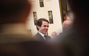 Aznar reúne a más donantes que ministros y González presume de contactos