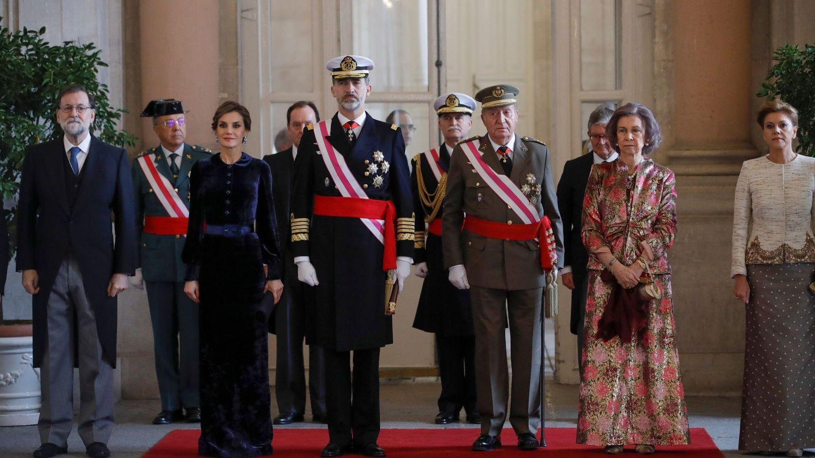 Foto: Fotografía de archivo de Felipe VI presidiendo la Pascua Militar con la presencia del rey Juan Carlos en enero de 2018. (EFE)