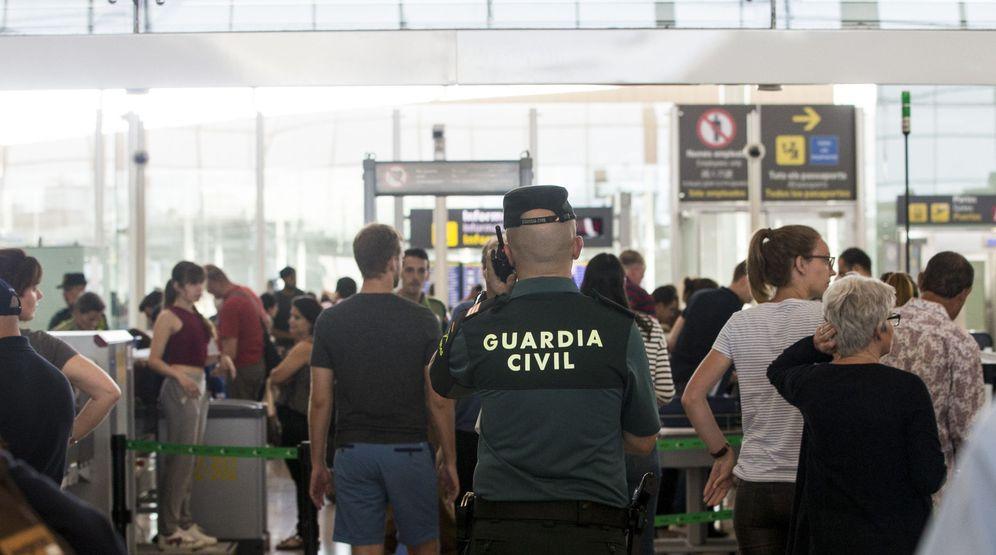 Foto: Efectivos de la Guardia Civil en el aeropuerto de Barcelona-El Prat a causa de la huelga que llevan a cabo los trabajadores de Eulen. Foto