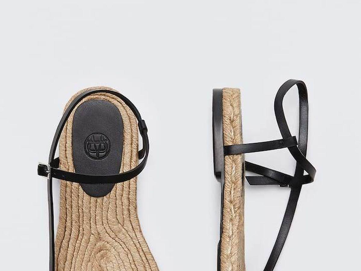 Foto: Sandalias negras de tiras de Massimo Dutti. (Cortesía)