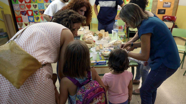 Padres de alumnos en la Escola Diputació de Barcelona, preparan la cena con motivo de la 'Festa de la tardor' (Fiesta del otoño). (EFE)