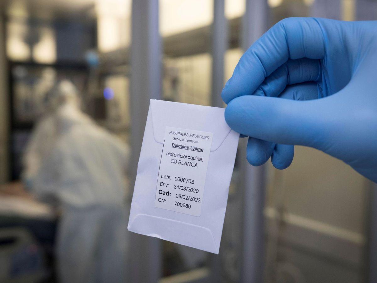 Foto: Una enfermera del hospital universitario Morales Meseguer, de Murcia, muestra una dosis de hidroxicloroquina.