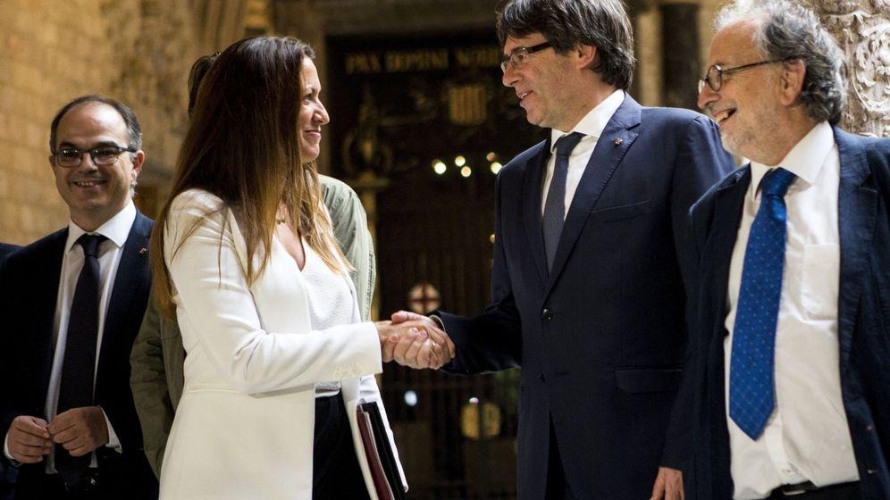 Foto: La decana del Colegio de Abogados de Barcelona, María Eugenia Gay, con Carles Puigdemont. (EFE)