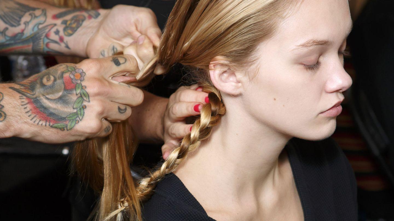 Divide el cabello en secciones, haz una trenza en cada una y conseguirás ese 'look' playero del verano