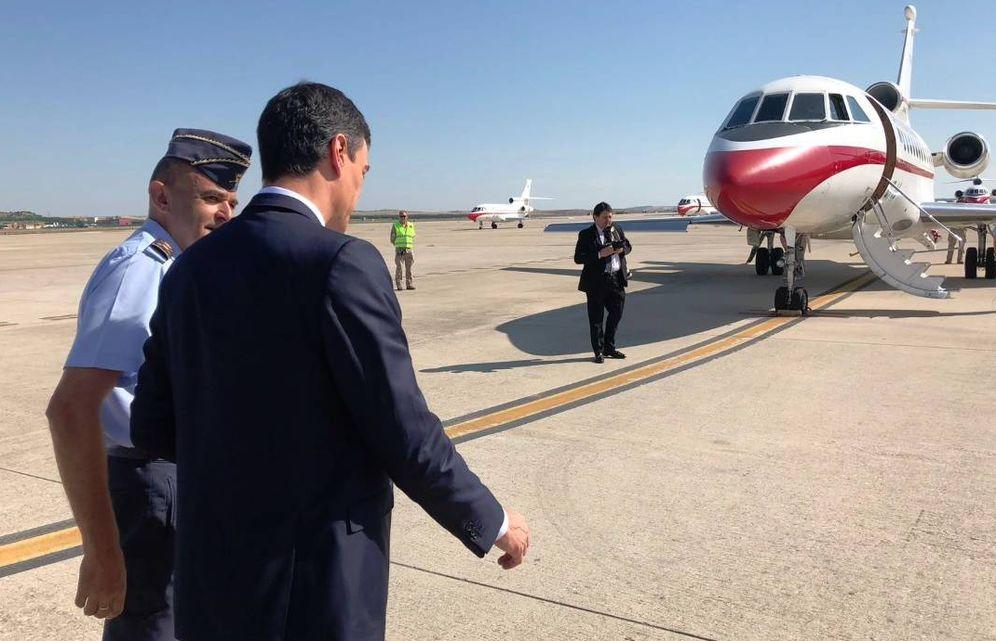 Foto: Sánchez con otra de las aeronaves del Ejército del Aire, el avión Falcon