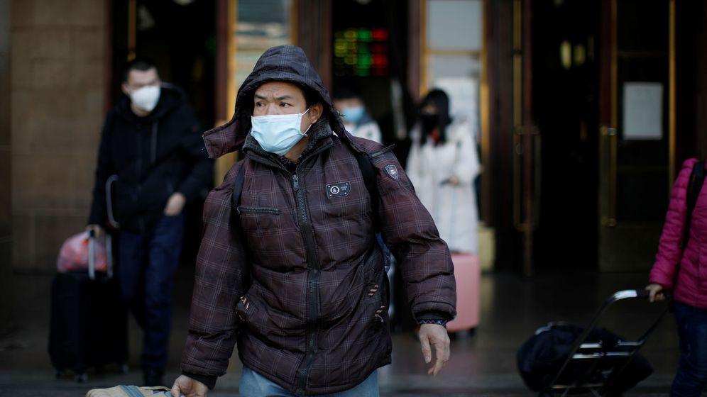 Foto: Un viajero porta su maleta ataviado con una mascarilla. (Reuters)
