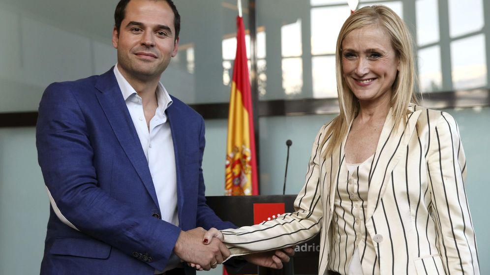 Foto: Ignacio Aguado y Cristina Cifuentes escenifican el acuerdo al que han llegado. (EFE)