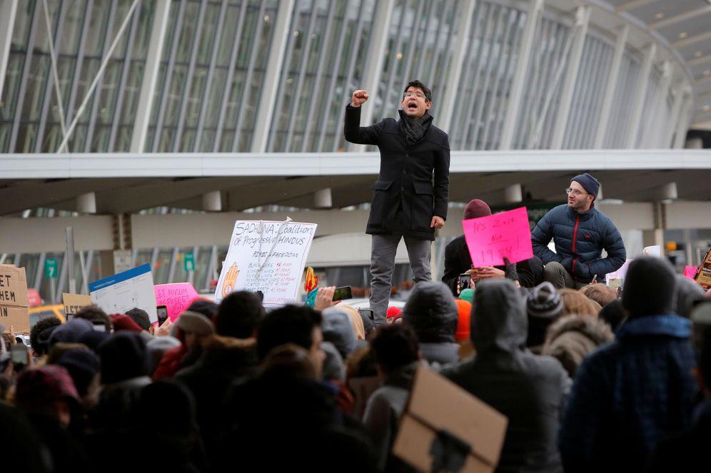 Foto: Un miembro del Ayuntamiento de Nueva York durante la protesta en el JFK por el veto de Trump (Reuters).