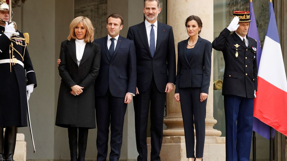 La reina Letizia, en París junto a Brigitte Macron: con camiseta y collar de perlas