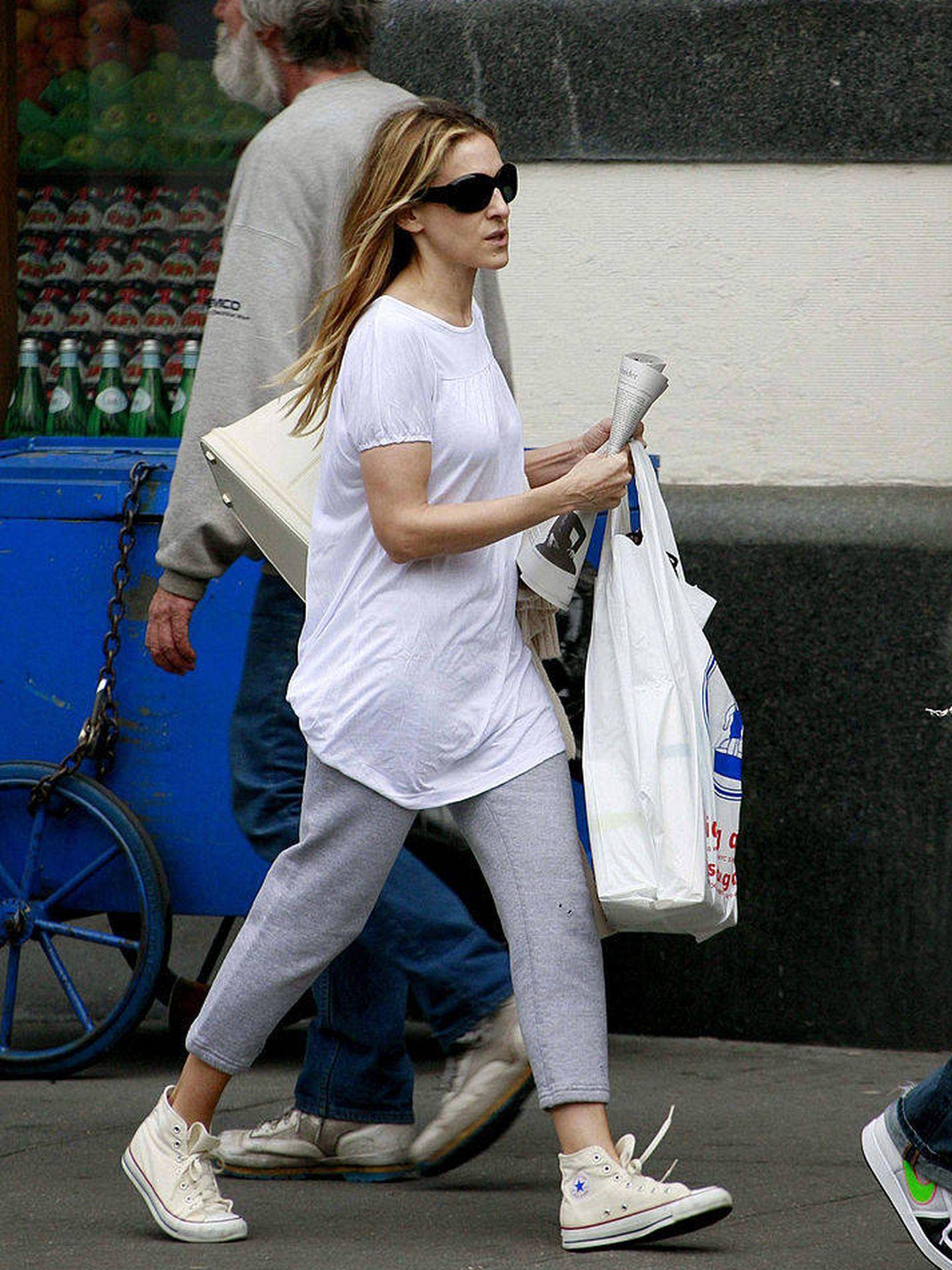 Sarah Jessica Parker paseando con unas Converse. (Getty Images)