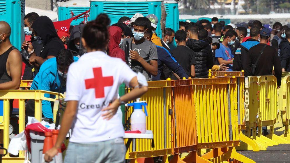 Foto: Inmigrantes, en el muelle de Arguineguín. (EFE)
