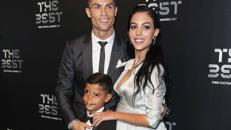La foto de familia de Cristiano y Georgina durante los Premios The Best