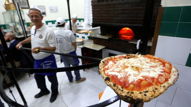 Pizza margarita preparada en Nápoles. (Reuters)