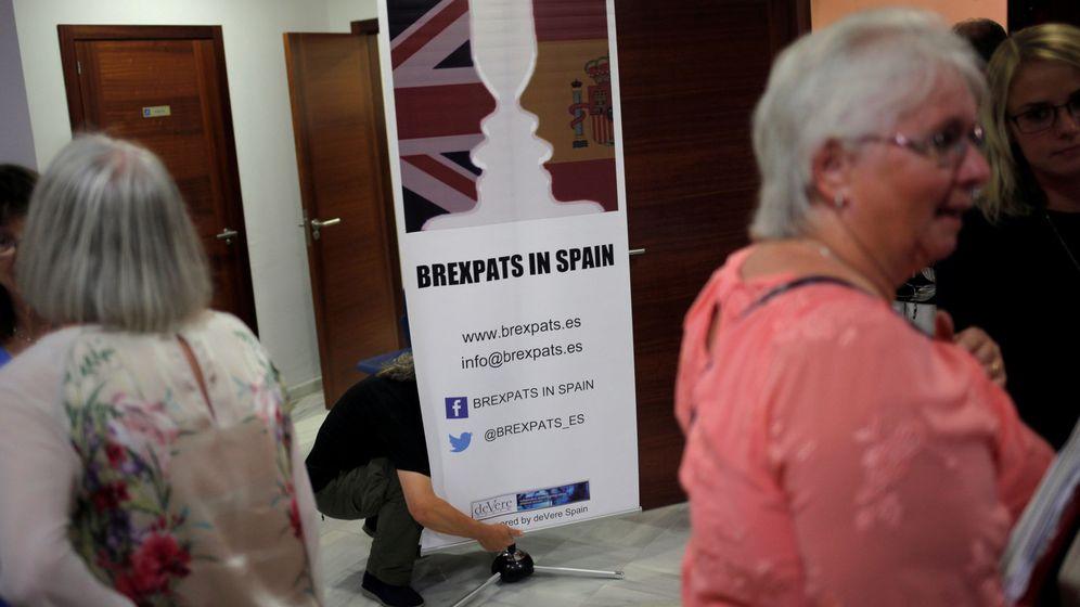 Foto: Británicos de La Cala de Mijas se informan de Brexpats in Spain. (Reuters)