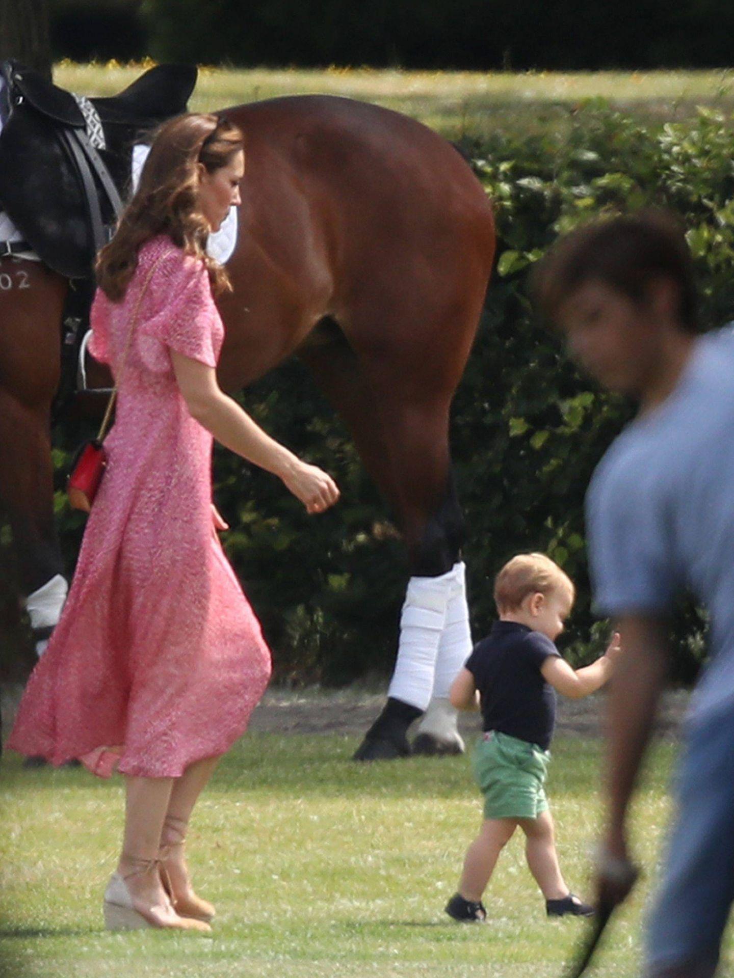 Kate Middleton tras Louis de Cambridge en el King Power Royal Charity Polo Day. (Cordon Press)