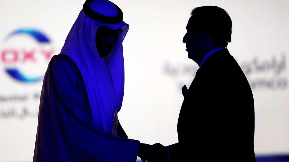 Foto: El ministro de Estado emiratí, sultán Ahmed al Jaber, estrecha la mano de un alto ejecutivo en Adipec, la mayor feria de petróleo del mundo. (EFE)