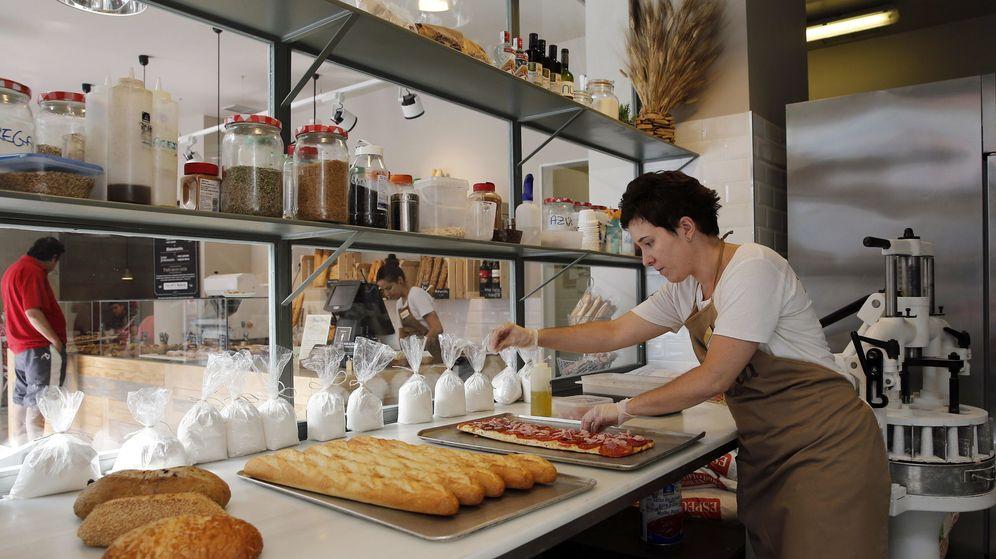 Foto: Una empleada trabaja en el obrador de una panadería en una foto de archivo. (EFE)