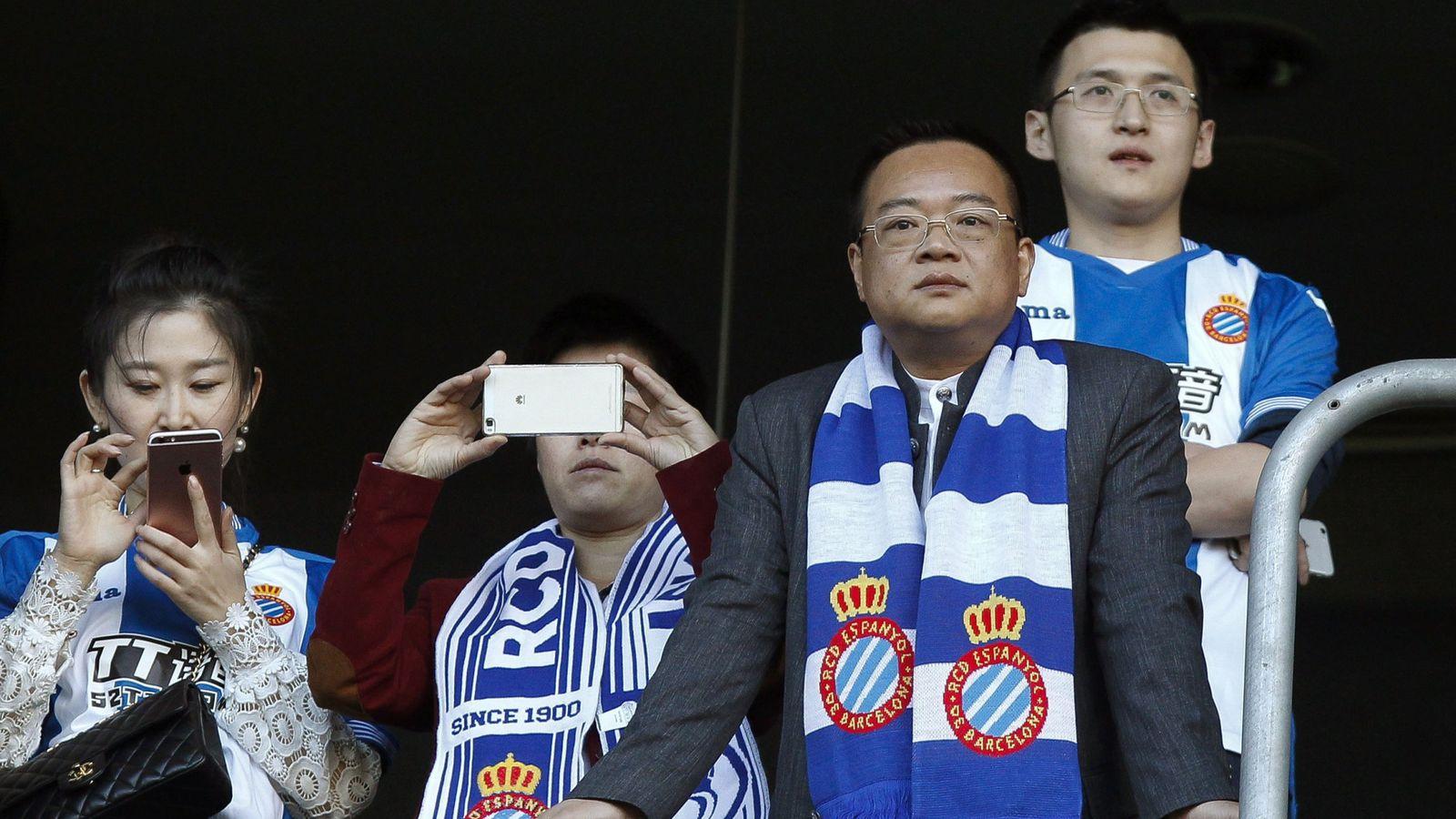 Foto: El principal accionista del Espanyol, el chino Chen Yansheng (d). (EFE)