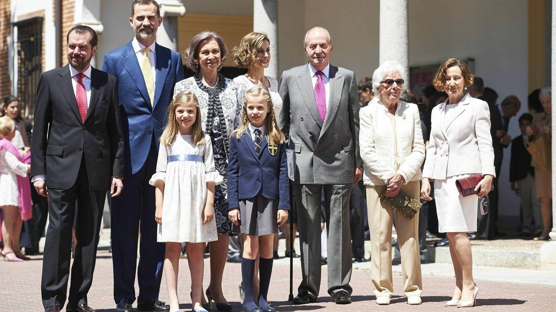Menchu Álvarez, junto a su familia y la familia real en la comunión de Leonor en mayo de 2015. (Cordon Press)